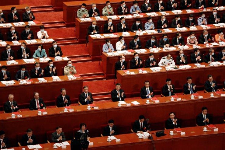Chủ tịch Trung Quốc Tập Cận Bình và các quan chức khác hoan nghênh sau cuộc bỏ phiếu về luật an ninh quốc gia cho Đặc khu hành chính Hồng Kông tại phiên bế mạc Đại hội Nhân dân toàn quốc tại Đại lễ đường Nhân dân ở Bắc Kinh, ngày 28 tháng 5 năm 2020.