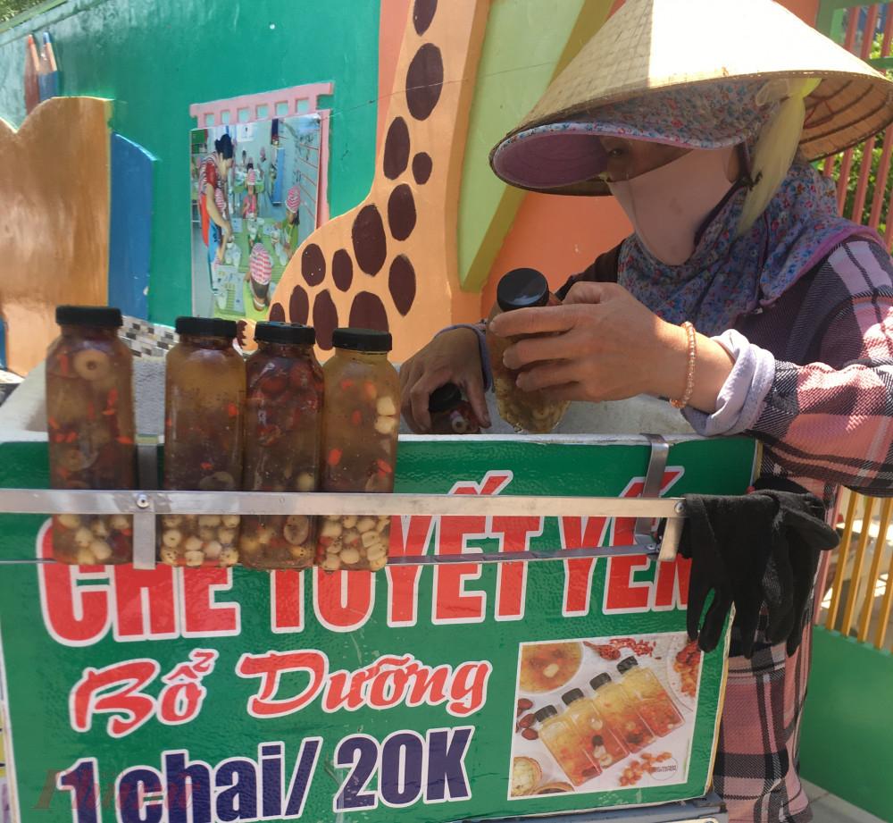 Chè dưỡng nhan tràn xuống vỉa hè với giá chỉ 10.000 – 20.000 đồng/chai.