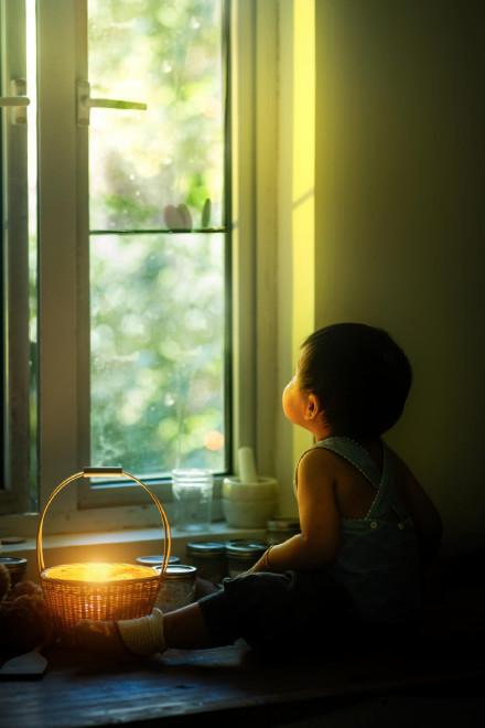 Bên khung cửa sổ