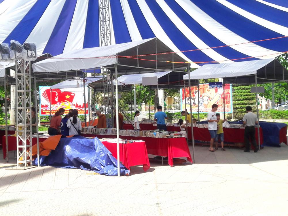 """Sau khi khai mạc một ngày, Hội chợ sách Xuyên Việt được tổ chức tại Huế phải đóng cửa khi phát hiện sách in lậu được """"tuồn"""" vào hội chợ sách"""