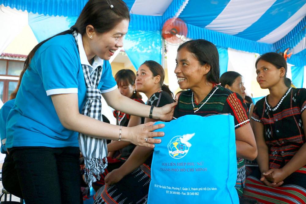 Bà Nguyễn Trần Phượng Trân - Chủ tịch Hội LHPN TP.HCM tặng quà cho các phụ nữ nghèo tại hai xã A Bung và A Ngo