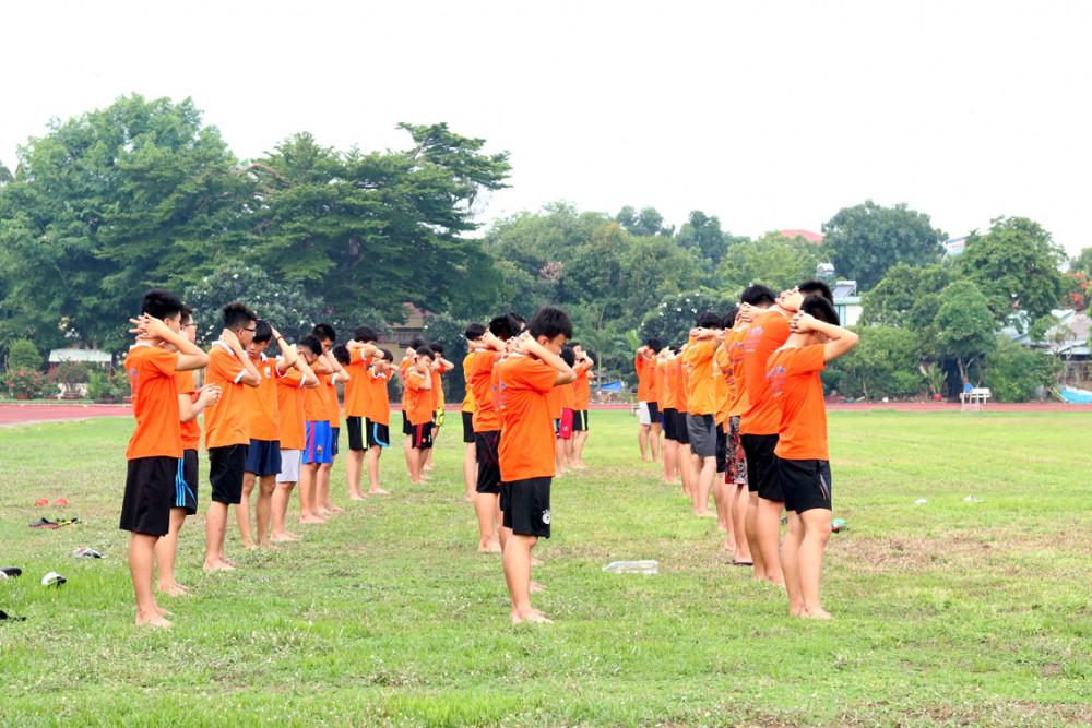 Khoảng 16 giờ mỗi ngày, các em sẽ luyện tập  thể dục thể thao để rèn luyện sức khỏe