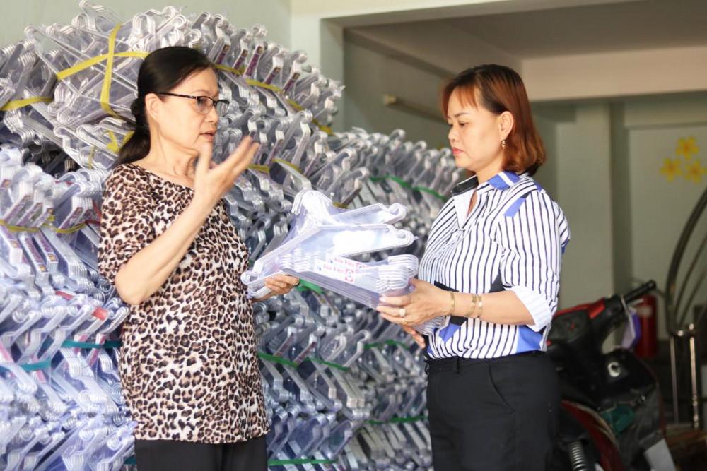 Bà Loan (trái) giới thiệu sản phẩm với đại diện Hội LHPN P.Tam Bình, Q.Thủ Đức