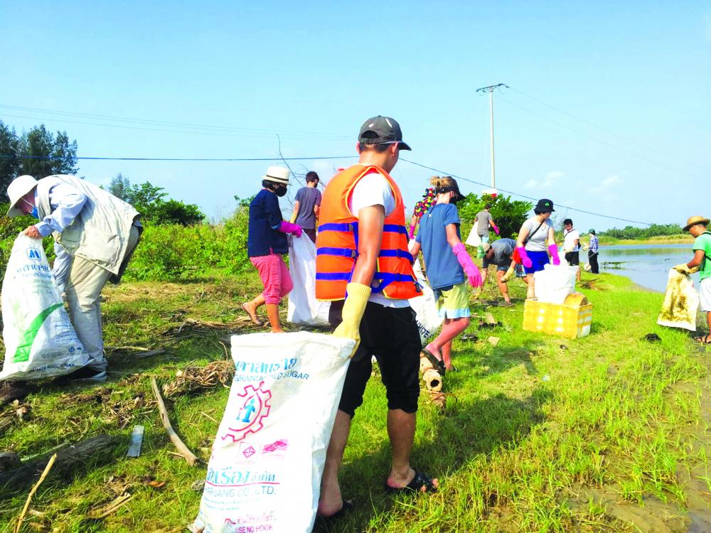 Một buổi dọn rác của nhóm Hoian Clean up ngay dưới chân cầu Cẩm Nam (TP.Hội An, tỉnh Quảng Nam)