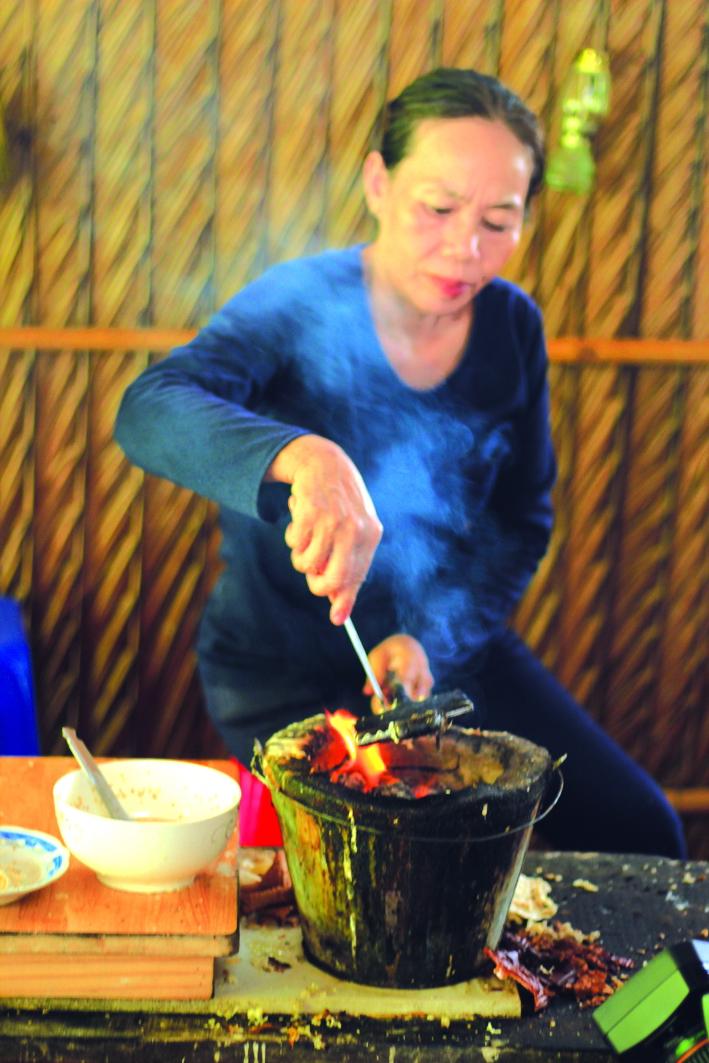 Dì bảy Muôn đang làm bánh kẹp cuốn để phục vụ du khách