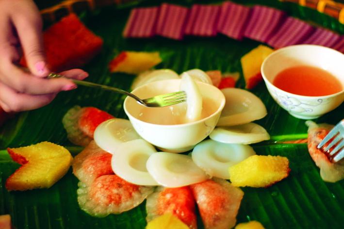 Các món bánh dân dã miền Tây thường đi kèm nước cốt dừa