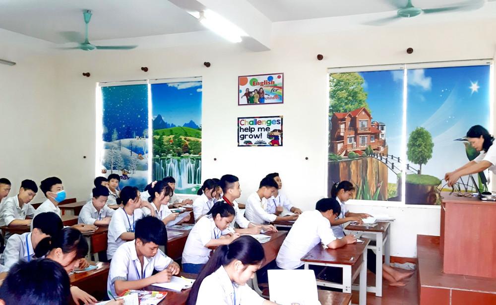 Hệ thống cửa sổ phòng học ở Trường THCS Kim Liên (H.Nam Đàn, tỉnh Nghệ An) được che chắn bằng rèm chống nóng - Ảnh: Phan Ngọc