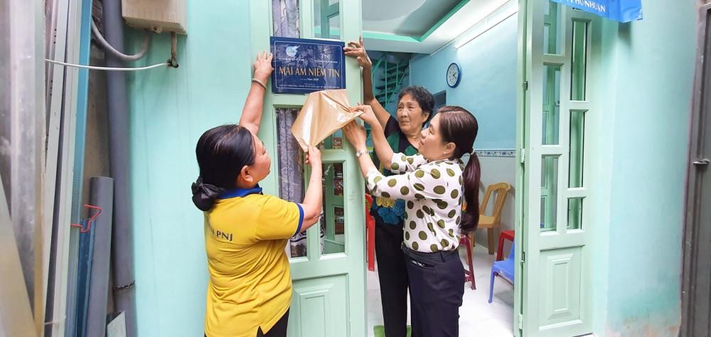 Bà Nguyễn Trần Phượng Trân cùng đơn vị tài trợ làm thủ tục trao nhà