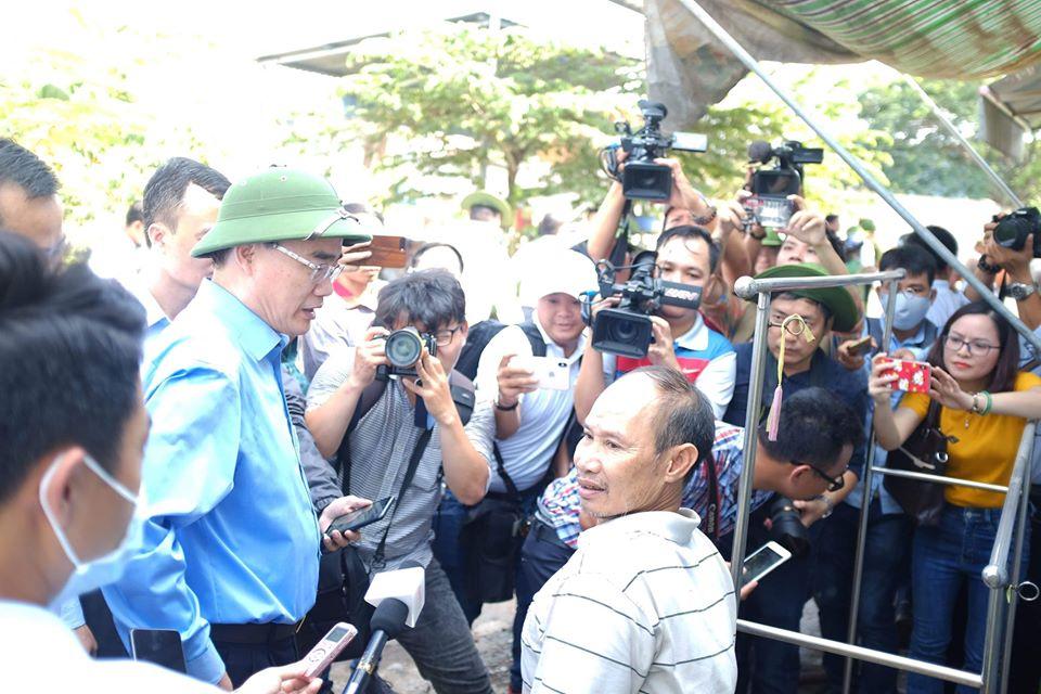 Bí thư Thành ủy TPHCM Nguyễn Thiện Nhân kiểm tra điểm nóng xây dựng không phép ở xã Vĩnh Lộc A, sáng 17/5 -Ảnh: Trung Thanh