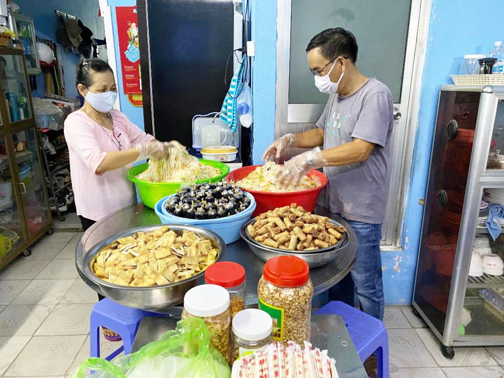 Trong thời gian cách ly xã hội vì dịch COVID-19, vợ chồng chị Tuyết vẫn cố gắng duy trì nấu các bữa ăn chia sẻ với người nghèo