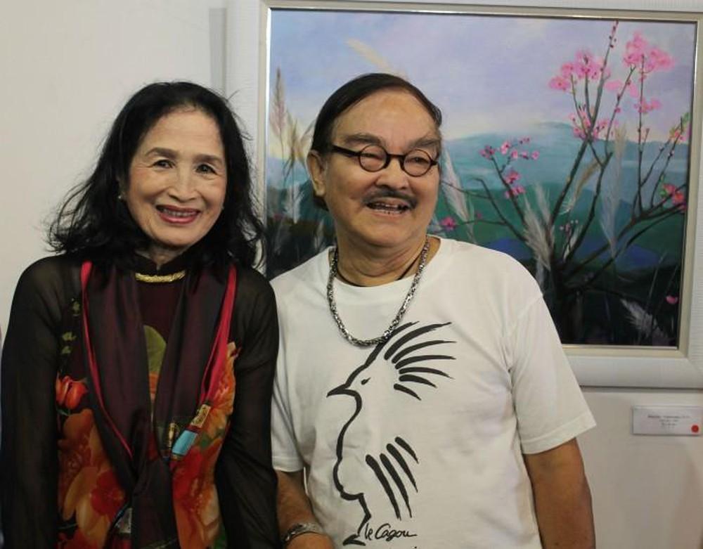 NSND Trà Giang bên cạnh cố NSND Thế Anh tại triển lãm cá nhân của cô năm 2018.
