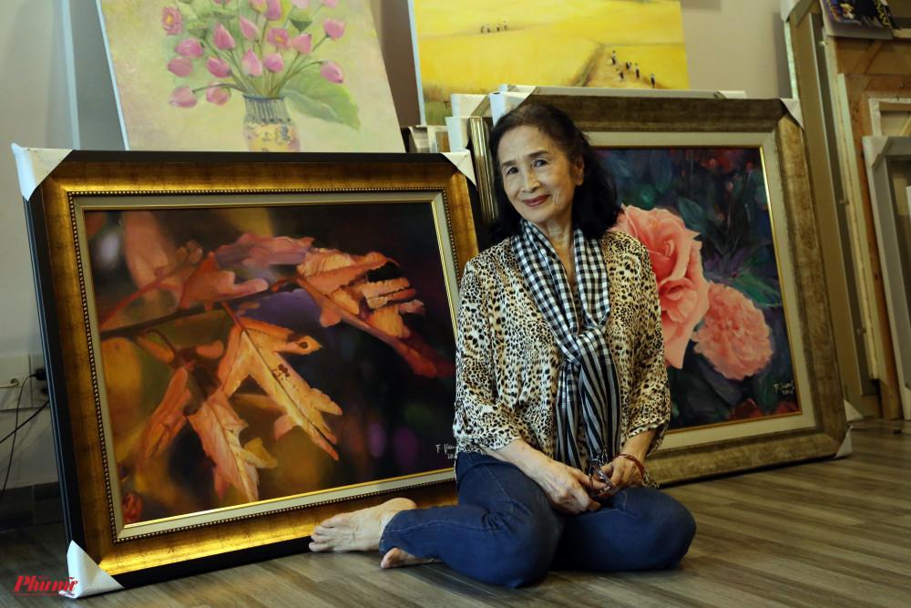 NSND Trà Giang bên những bức tranh được chuẩn bị cho triển lãm cá nhân tiếp theo.