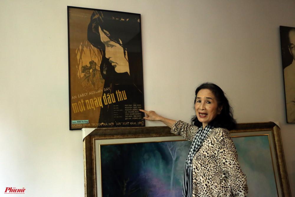 NSND Trà Giang và poster phim Một ngày đầu thu - bộ phim đầu tay nữ diễn viên tham gia.