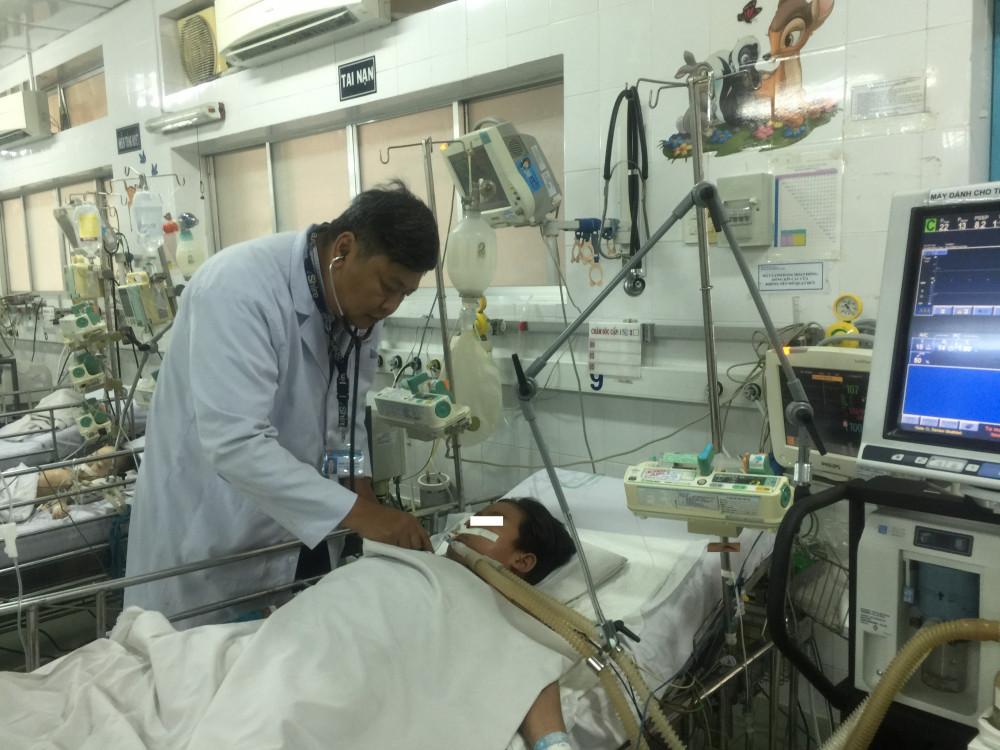 Một bệnh nhi bị sốc sốt xuất huyết tại Khoa Cấp cứu Bệnh viện Nhi Đồng 1