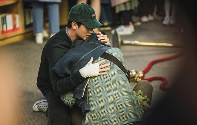 Kang Tae bảo vệ anh trai mắc chứng phố tự kỷ.