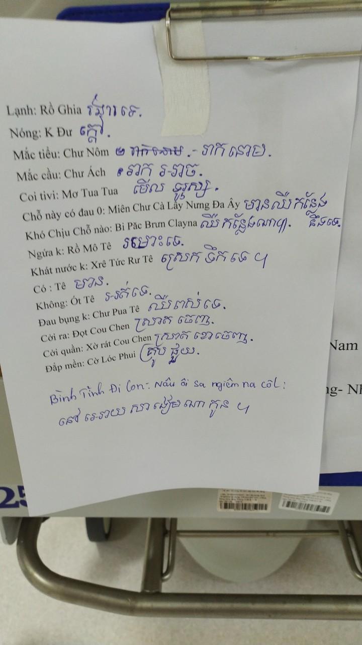 Những câu giao tiếp mà bác sĩ Luân học được, anh ghi vào tờ giấy gồm từ ngữ, phiên âm cách đọc và nghĩa tiếng Việt