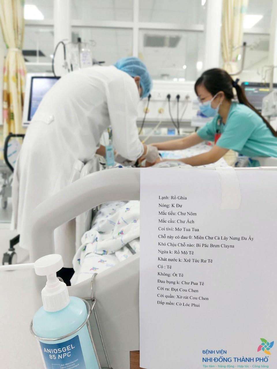 Bác sĩ Luân treo tờ giấy ở đầu giường bệnh nhi, các ê-kíp bác sĩ giao ca thường hướng dẫn nhau đọc cho chuẩn xác để bệnh nhi có thể hiểu được