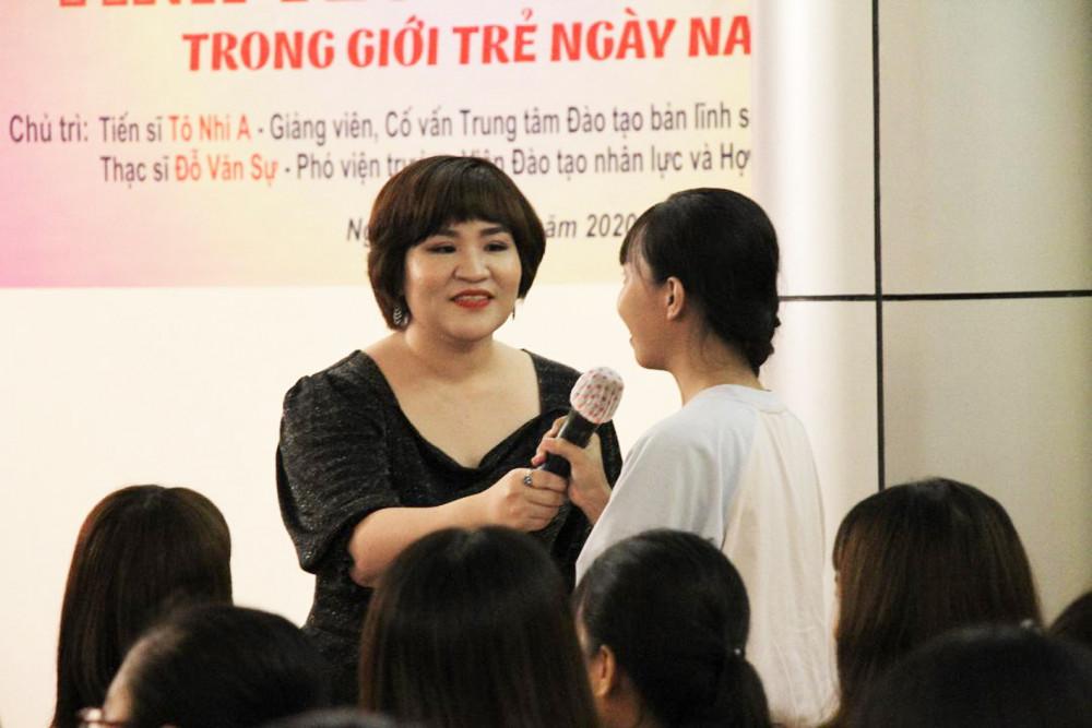 Tiến sĩ Tô Nhi A đang trao đổi với một bạn trẻ
