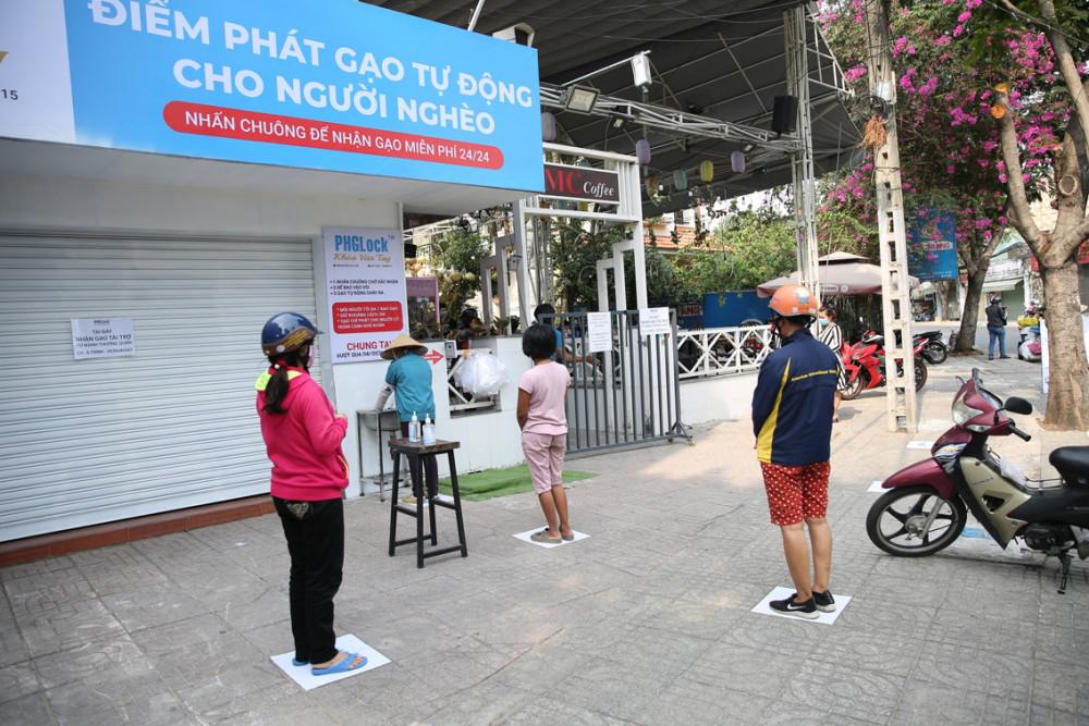 ATM gạo cho người nghèo - một nét đẹp của người Sài Gòn giữa mùa dịch COVID-19 - ẢNH: MINH ANH