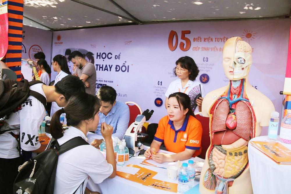 Học sinh tìm hiểu ngành sức khỏe tại buổi tư vấn hướng nghiệp của các trường đại học - Ảnh: Đại Minh
