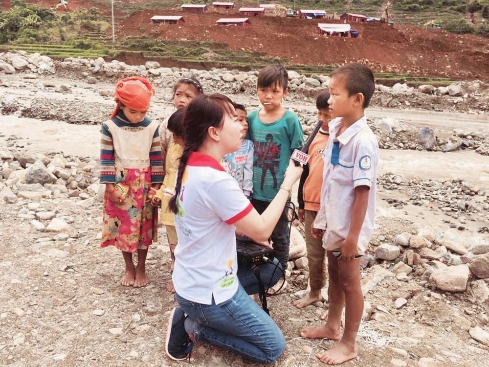 Nhà báo Trương Thị Hồng Thúy trong các chuyến tác nghiệp, thu thập thông tin để giúp đỡ người dân