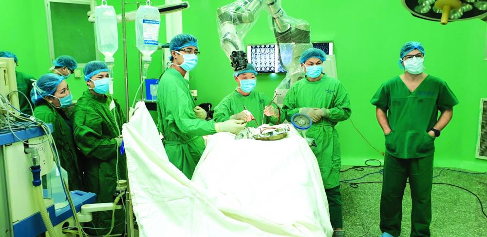 Một bệnh nhân đang được phẫu thuật sọ não bằng robot tại Bệnh viện Nhân dân 115  - ẢNH: BỆNH VIỆN CUNG CẤP