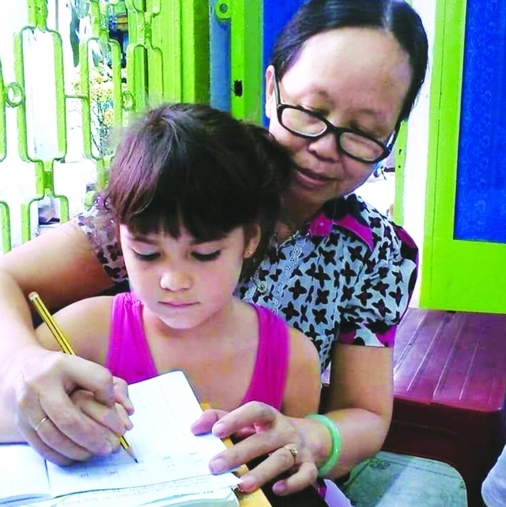 Cô giáo Trần Thị Hạnh rèn chữ cho học trò trong xóm nhỏ