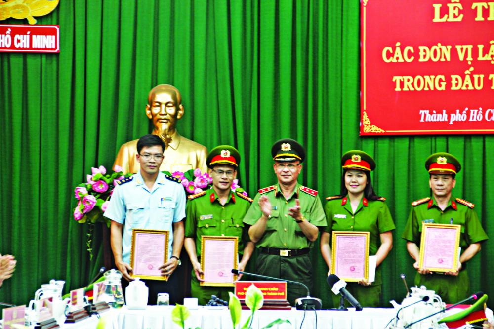 Trung tướng Lê Đông Phong khen thưởng cho lực lượng tham gia chuyên án 419D