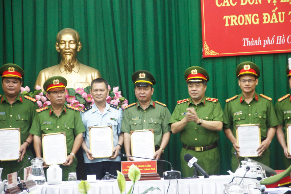 Lãnh đạo Cục Cảnh sát ma túy thừa ủy quyền của Bộ Công an trao khen thưởng cho PC04 và các lực lượng tham gia chuyên án 419D