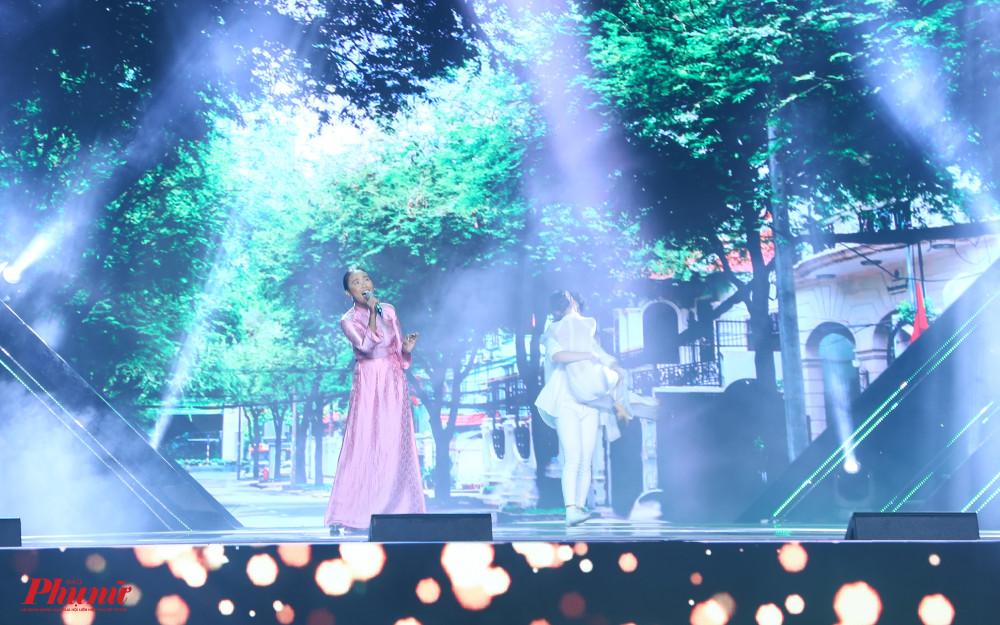 Đoan Trang hát Con đường có lá me bay