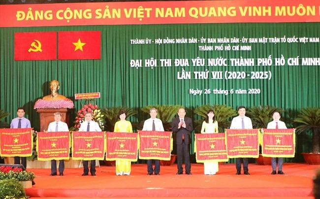 Đồng chí Trương Hòa Bình, Ủy viên Bộ Chính trị, Phó Thủ tướng Thường trực Chính phủ trao Cờ thi đua của Chính phủ cho 8 cơ quan, đơn vị có thành tích xuất sắc giai đoạn 2015-2020.