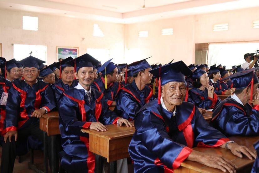 Học sinh U70, 80 trong ngày nhận bằng tốt nghiệp y sĩ