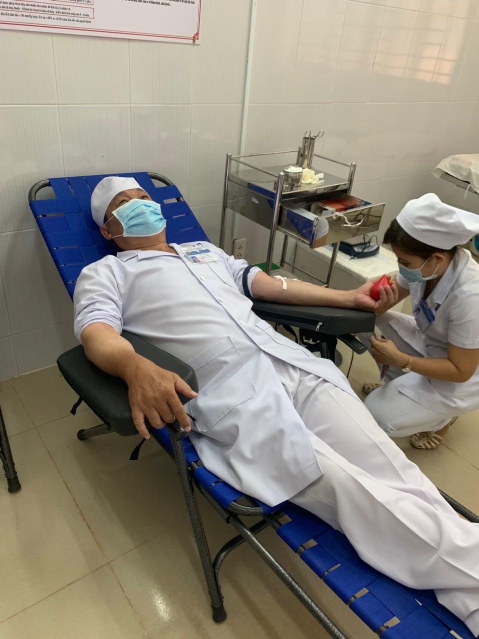Dược sĩ Hồ Văn Thúc trong một lần hiến máu