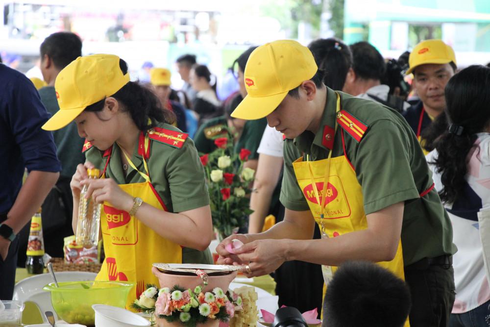 Vợ chồng anh chị Bùi Thị Thu Phượng, đến từ Hội PN CA TP.HCM tham gia hội thi với món ăn chế bến đặc biệt  từ sen, đã đoạt giải nhì của Hội thi.