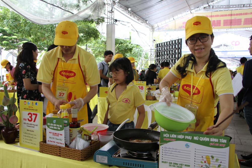 Một gia đình đến từ Hội LHPN quận Bình Tân  tham gia nấu ăn taị  hội thi.