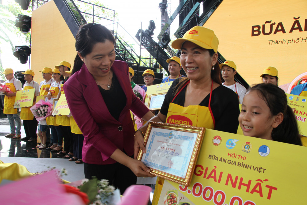 Bà Nguyễn Trần Phượng Trân - Chủ tịch Hội LHPN TP, trao giải nhất cuộc thi  cho gia đình chị Nguyễn Thị Hằng, đến từ Hội LHPN quận Thủ Đức.