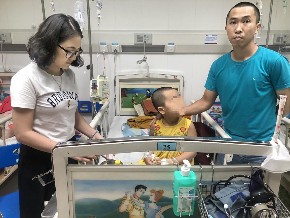 Vợ chồng anh Vũ và bé Chi tại Khoa nhi  Bệnh viện Truyền máu huyết học TP.HCM