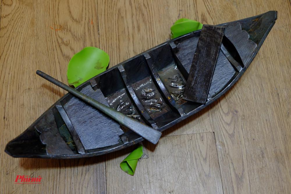Chiếc thuyền chở đầy chiến lợi phẩm