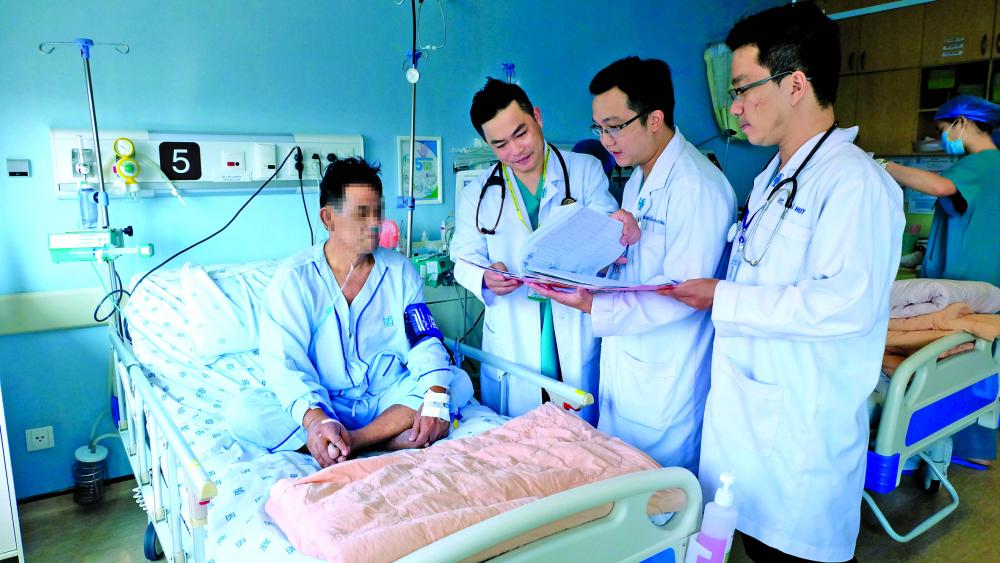 Ê-kíp bác sĩ Bệnh viện Đại học Y Dược trong buổi thăm khám bệnh nhân người Singapore sau cuộc cứu mạng thần kỳ khỏi cửa tử của bệnh nhồi máu cơ tim