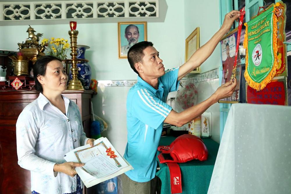 Vợ chồng chị Hương - anh Phong đang sắp xếp lại những phần thưởng của con trai Nguyễn Tấn Sang