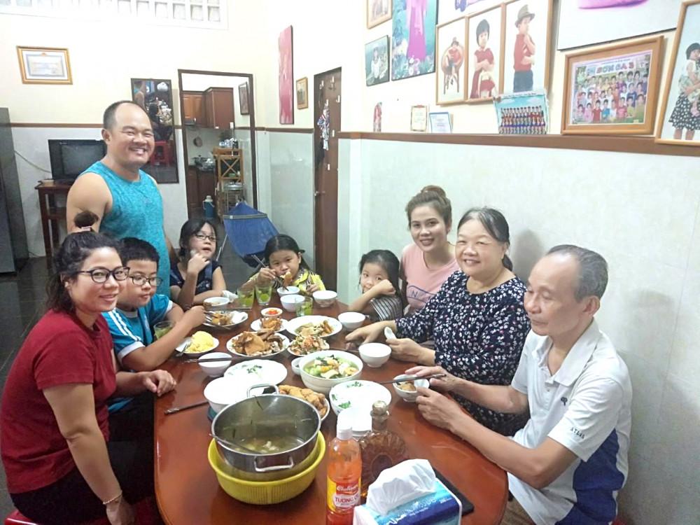Gia đình chú Thọ và cô Mỳ sum họp bên mâm cơm gia đình