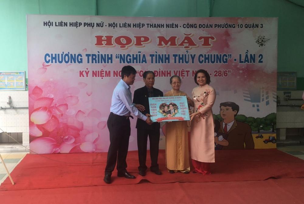 Bà Đoàn Thị Cẩm Tú - Chủ tịch Hội LHPN Quận 3 trao Khánh Nghĩa tình thủy chung cho vợ chồng ông bà Viên Hữu Đức - Nguyễn Thị Liên