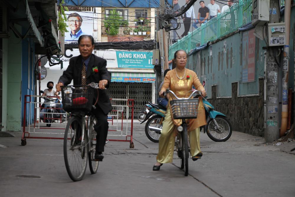 Dù tuổi đã cao, nhưng nhiều năm nay, vợ chồng ông Viên Hữu Đức vẫn lấy xe đạp làm phương tiện đi lại và cũng là để rèn luyện nâng cao sức khỏe,sống vui sống khỏe với con cái.