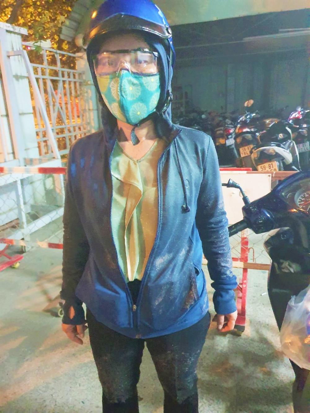 Bà Phan Thị Kim Oanh đến công an trình báo sau khi bị hai kẻ lạ mặt dùng chất bẩn tấn công - Ảnh do nạn nhân cung cấp