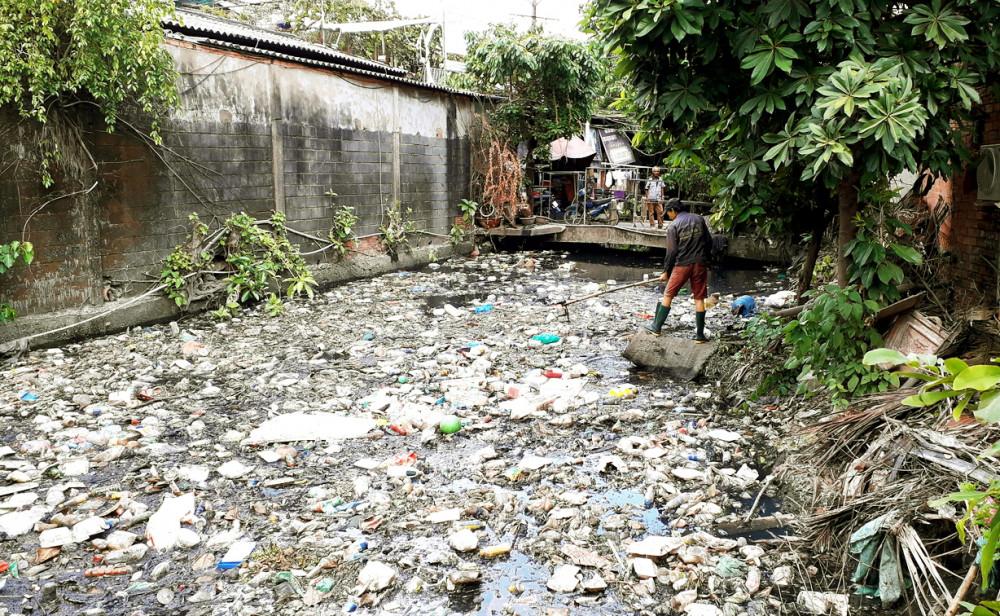 """Dù cuộc vận động """"Người dân TP.HCM không xả rác ra đường và kênh rạch, vì thành phố sạch và giảm ngập nước"""" được triển khai rầm rộ nhưng trên thực tế, tình trạng xả rác vẫn chưa có chuyển biến đáng kể - Ảnh: HOÀNG NHIÊN"""