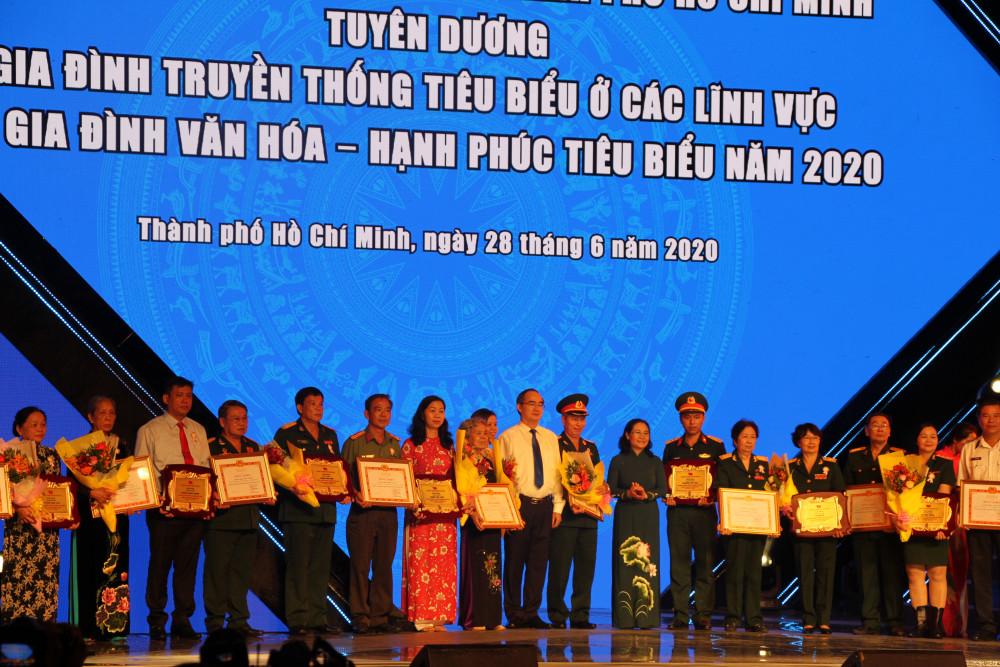 Bí Thư Thành ủy TP.HCM Nguyễn Thiện Nhân và lãnh đạo TP chụp hình lưu niệm với các gia đình truyền thống tiêu biểu được tuyên dương.