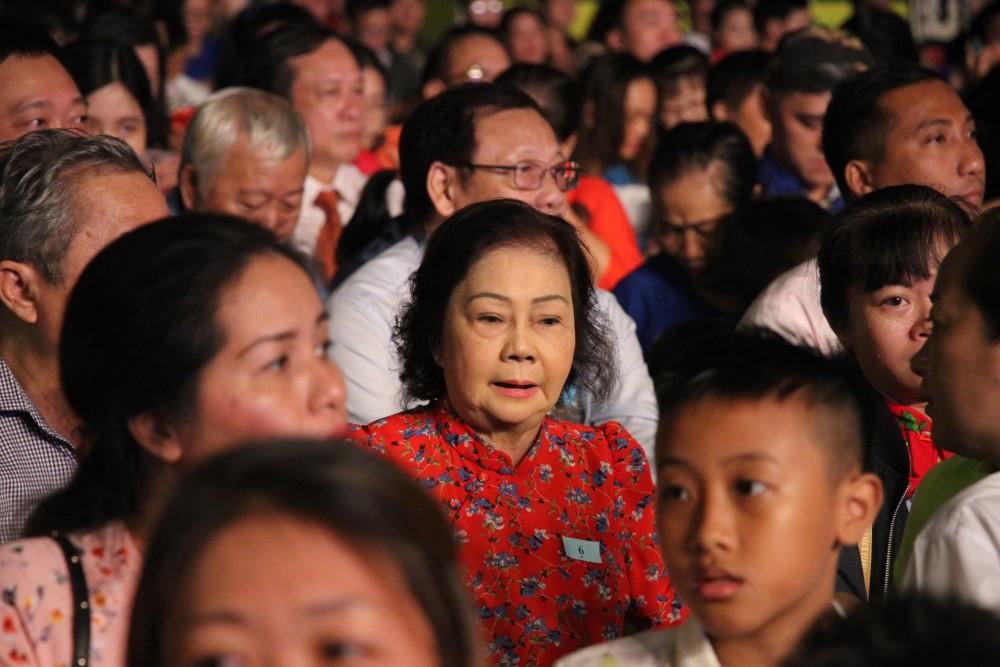 Dù trời mưa lớn nhưng các gia đình được mời đến lễ tuyên dương đến dự đông đảo, nhiều người còn dẫn theo con cháu đến chung vui