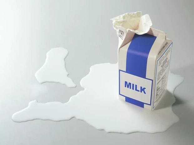 Không được để bé uống sữa đã tiếp xúc lâu với không khí để tránh ngộ độc. Ảnh: Internet