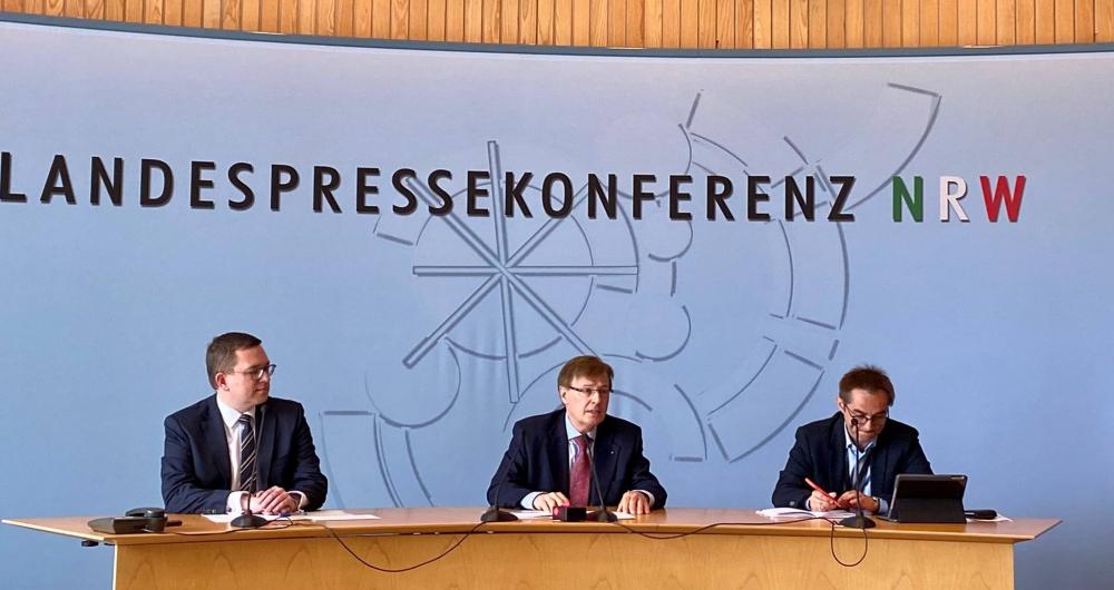 Bộ Tư pháp bang Bắc Rhine-Westphalia họp báo công bố chiến dịch chống tội phạm ấu dâm trên mạng ngày 29/6 - Ảnh: Twitter/Ministryium der Justiz NRW