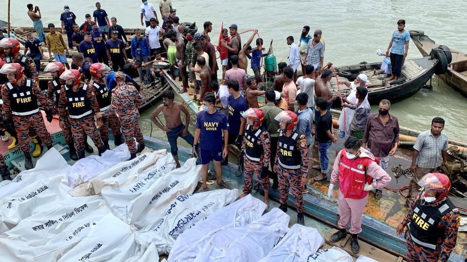 Thi thể nạn nhân chất đống trên một con tàu sau khi chiếc phà chở khách Morning Bird bị chìm trên sông Buriganga ở thủ đô Dhaka, Bangladesh, ngày 29/6 - Ảnh: Reuters